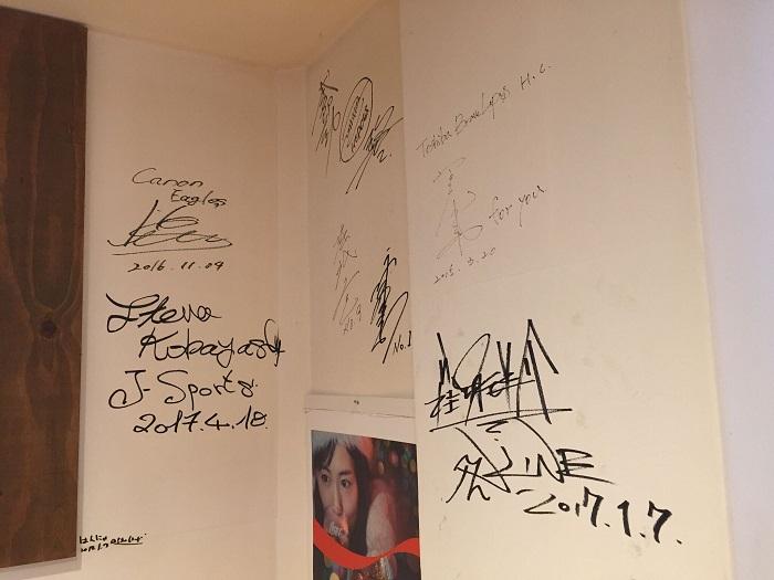 壁のサイン