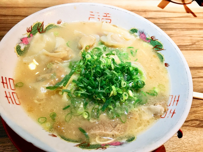「博多荘」で食べるワンタン麺