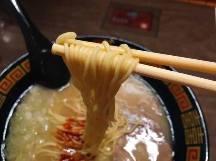 天然とんこつラーメン(¥890税込)を食す3