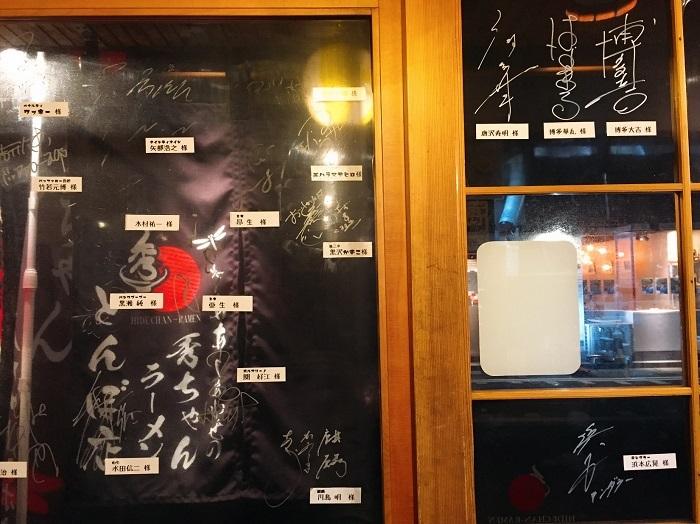 壁には芸人さんのサインがたくさん!