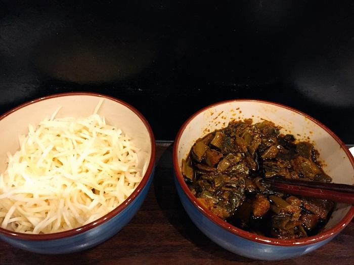 自家製「白ショウガ」と「辛子高菜」のサービス