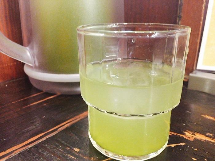 お冷は緑茶です